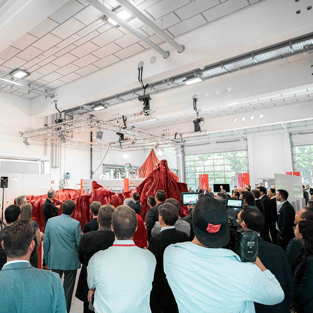 Enthüllung der neuen SOMIC Verpackungsmaschine bei Event, Somic GmbH, Behind the Scenes Fotografie, WINGMEN Media