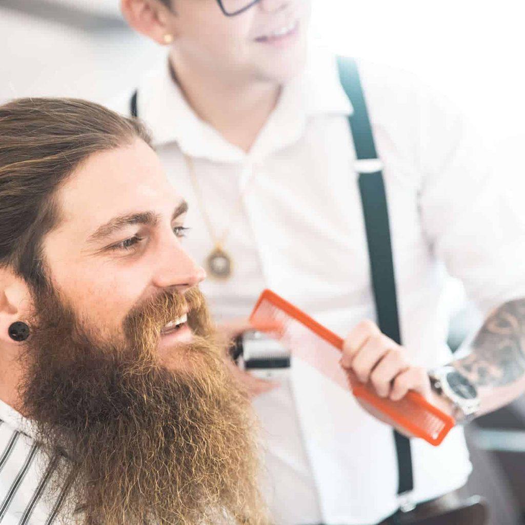 Ein Barber rasiert Vollbart des Kunden, steinzeit für haare, Recruitingfilm, High-key, WINGMEN Media