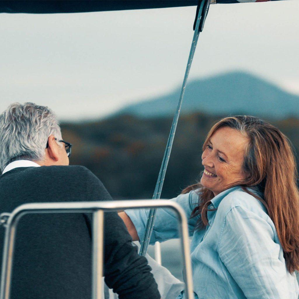 Ein Ehepaar auf einem Segelboot im Chiemsee, SofortRente Invest, Versicherungskammer Bayern, Werbespot, Erklärfilm, WINGMEN Media