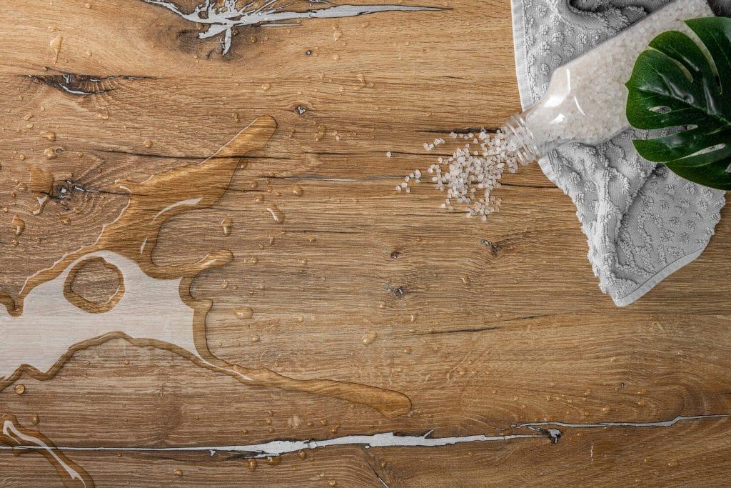 großer Wassertropfen auf feuchtebeständigem Dekor mit Holzoptik, Schattdecor, Produktfotografie, WINGMEN Media