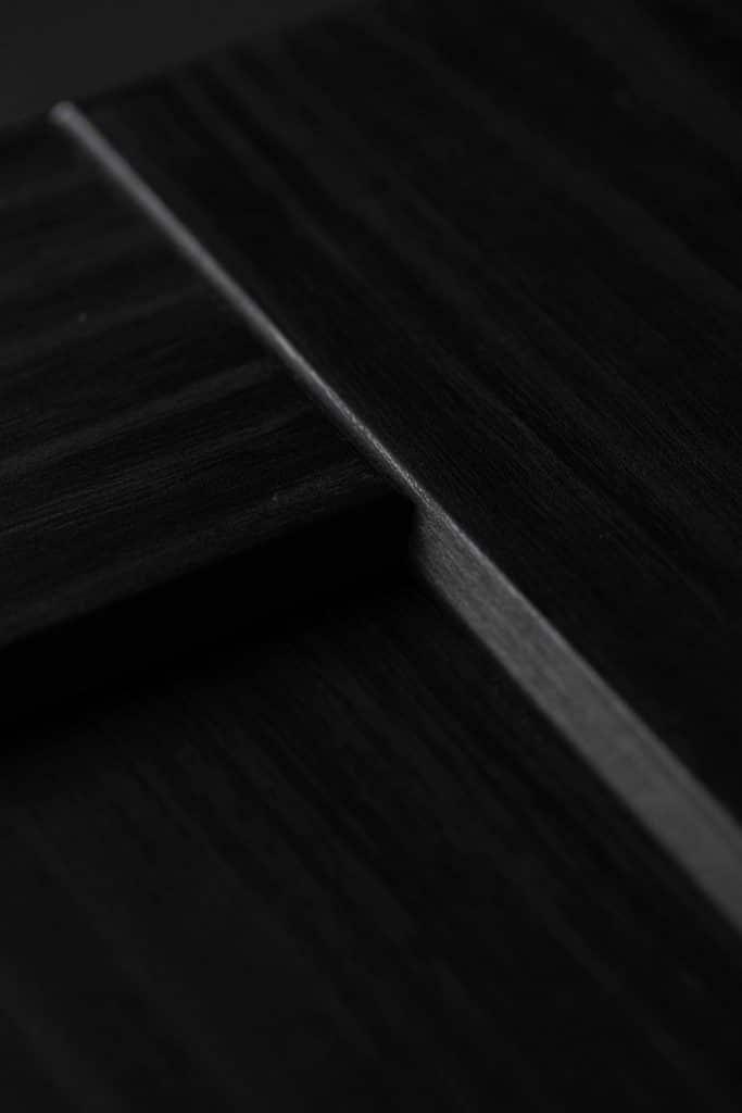 Detail Übergang eines dunklen Dekors mit Holzoptik, Schattdecor, Produktfotografie, WINGMEN Media