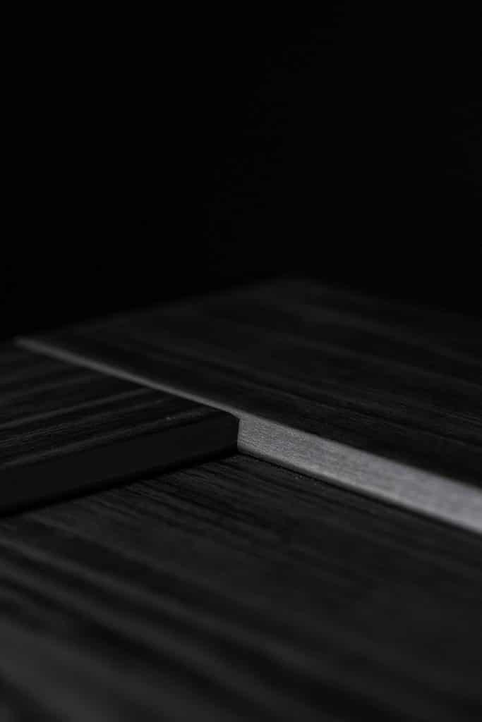 Detail Übergang eines dunklen Holzdekors, Schattdecor, Produktfotografie, WINGMEN Media