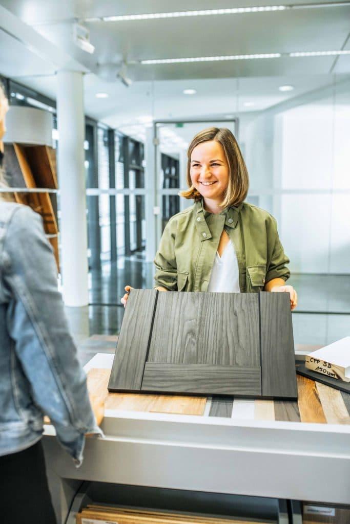 Person bei Verkauf von dunklem Holzdekor, Schattdecor, Unternehmensfotografie, Behind The Scenes Fotografie, WINGMEN Media