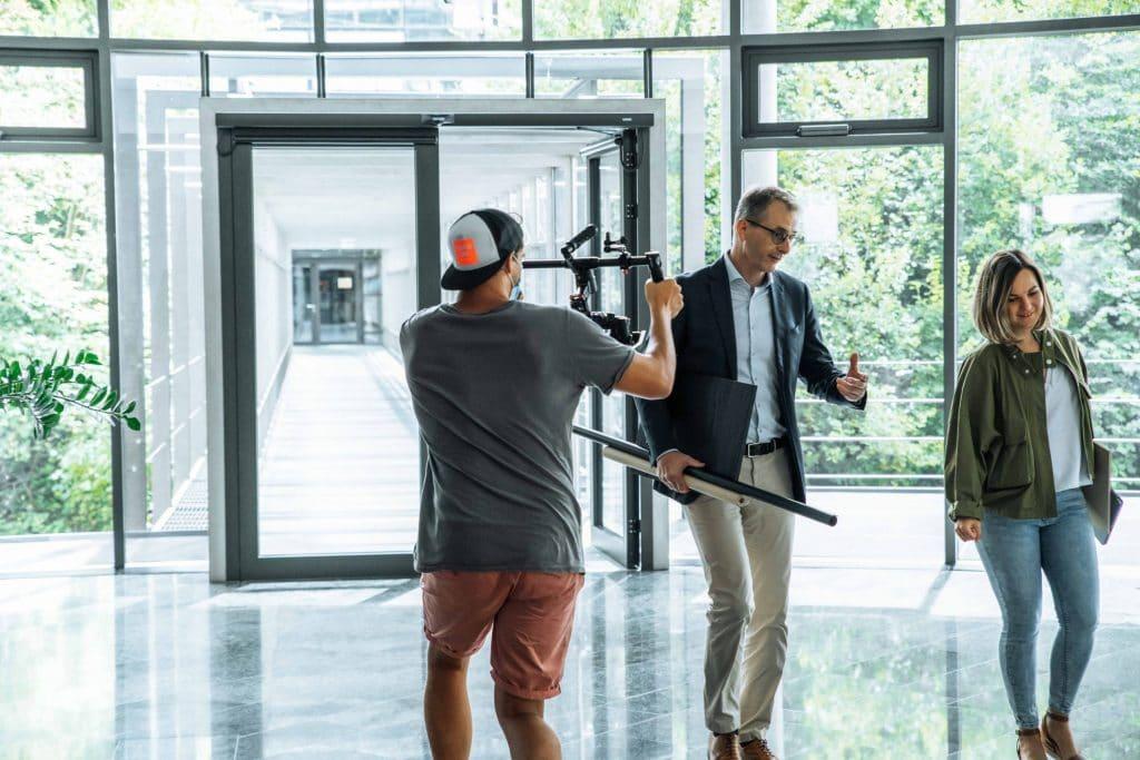behind the scenes Aufnahme von Produktfilm, zwei Personen mit Holzdekoren in der Hand, Schattdecor, Behind The Scenes Fotografie, WINGMEN Media