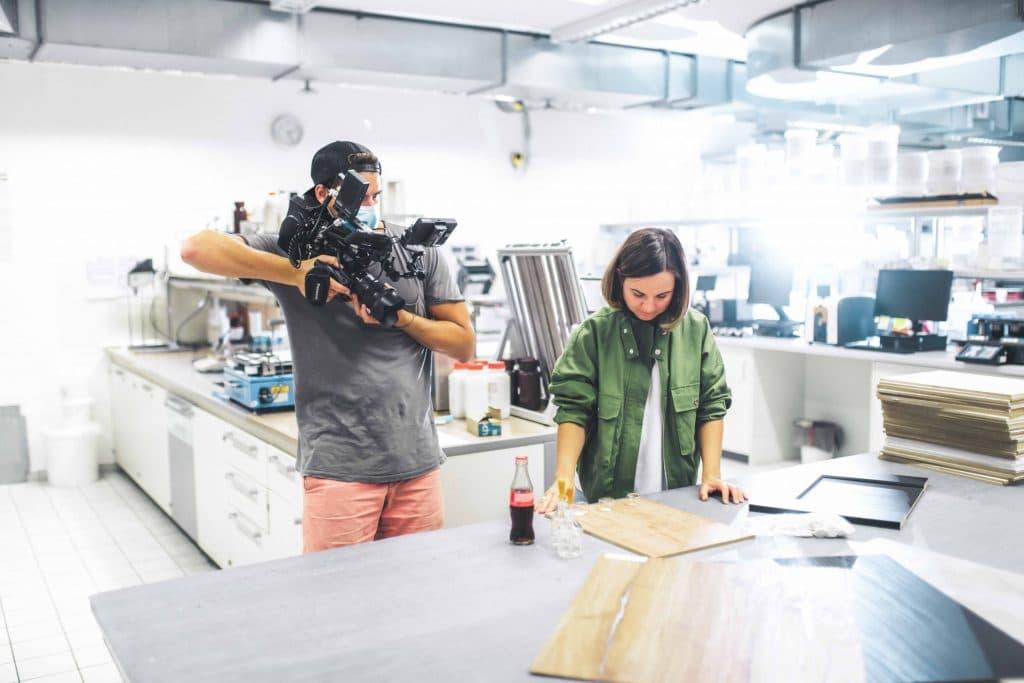 zwei Personen bei Filmdreh im Labor, Entwicklung von Dekoren, Schattdecor, Behind The Scenes Fotografie, High-key, WINGMEN Media