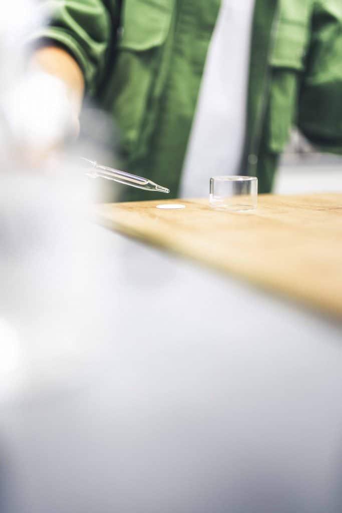 Person mit Pipette in der Hand bei Entwicklung von Dekor, Schattdecor, Unternehmensfotografie, Behind The Scenes Fotografie, WINGMEN Media