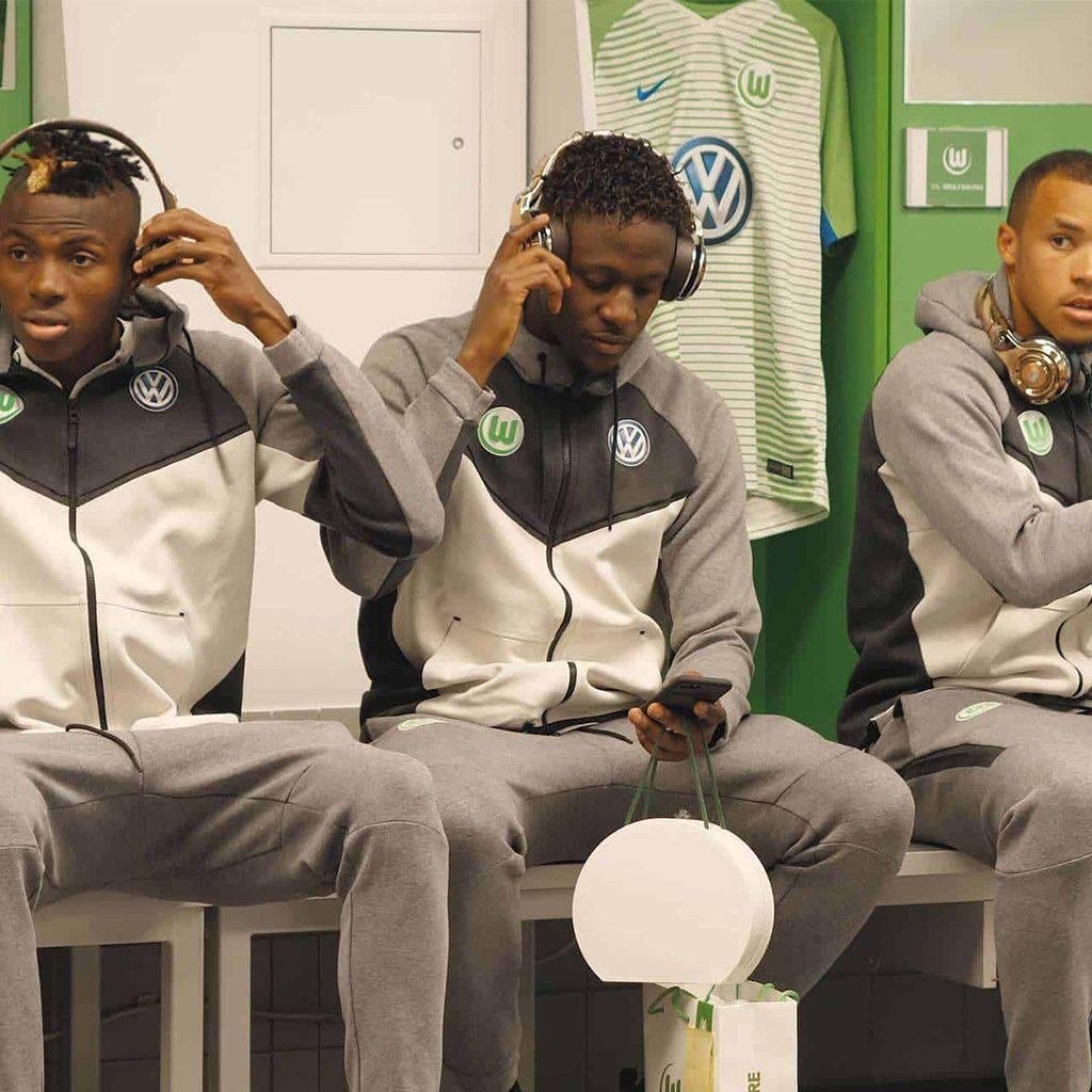 VfL Wolfsburg Fußballpieler mit Monster Headphones in der Kabine, Monster Cable Products, Inc., Produktfilm, WINGMEN Media